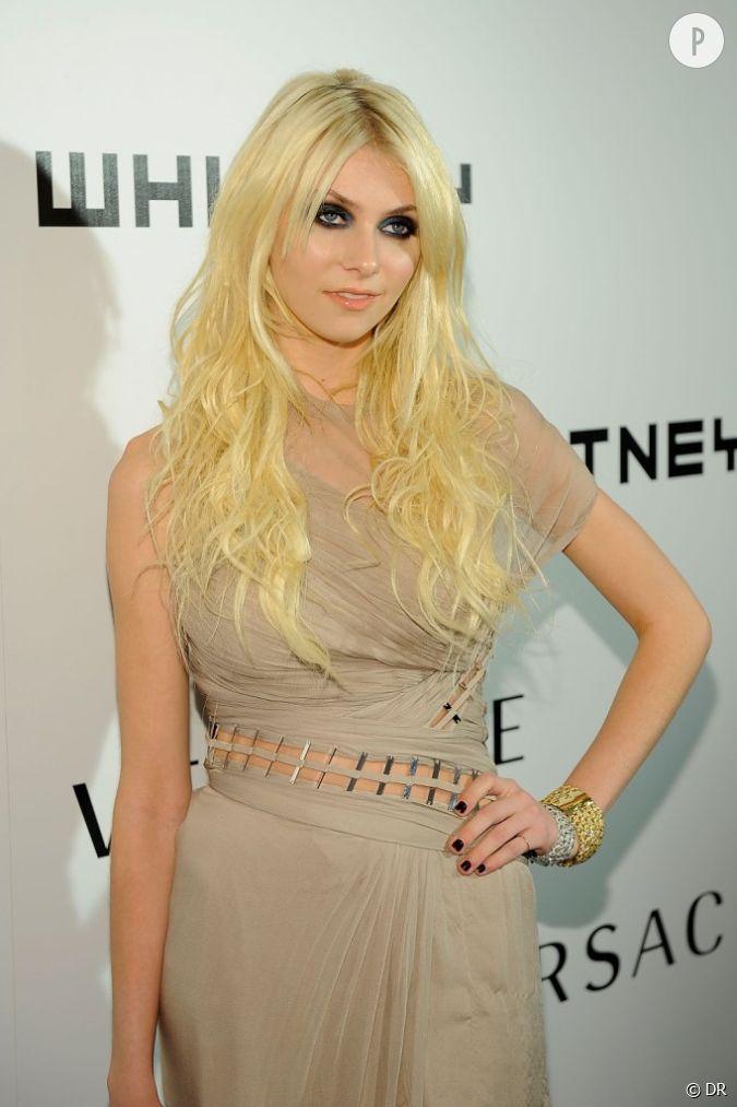 Blonde en robe noire pure
