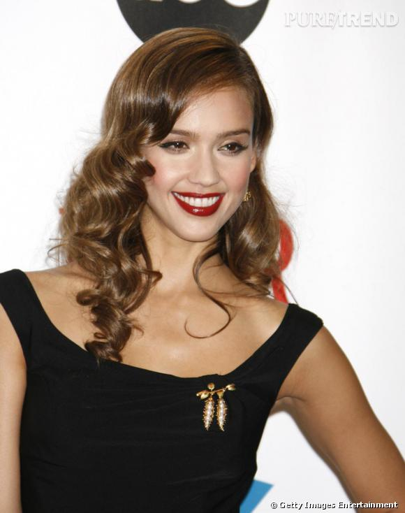Bien plus glamour, l'actrice redevient brune. On préfère. Surtout lorsqu'elle se peint la bouche aussi rouge et crante sa crinière. Divin.
