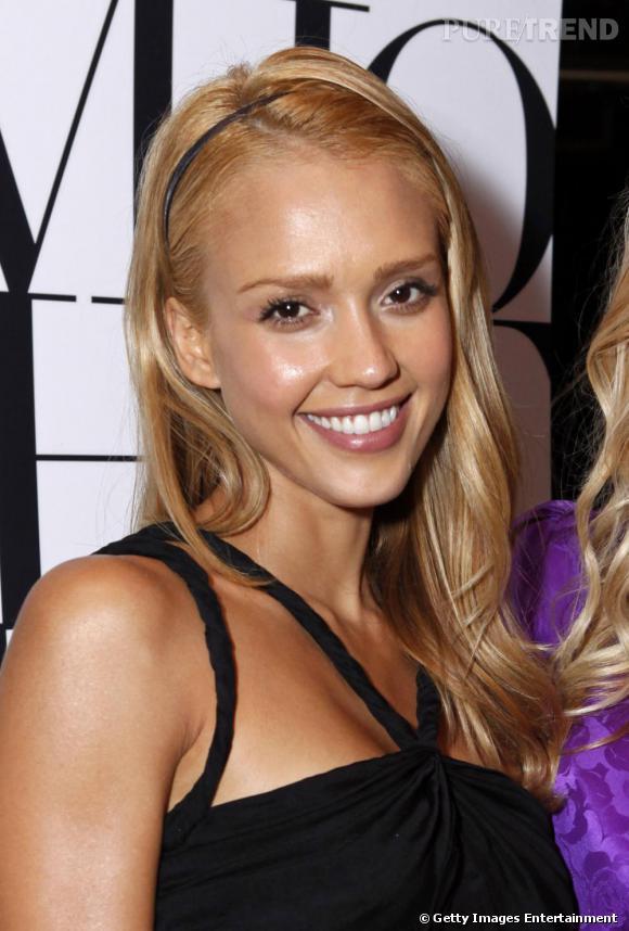 Retour au blond pour la belle. Un blond plus doré qui flatte son teint mat.