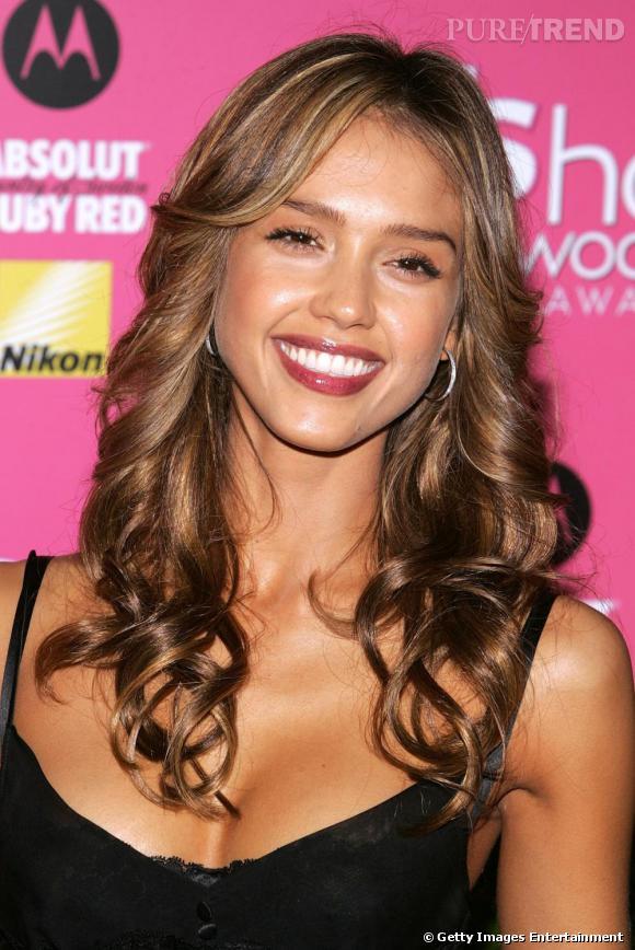 La chevelure joliment bouclée, la sourire ravageur, Jessica sait comment mixer naturel et glamour.