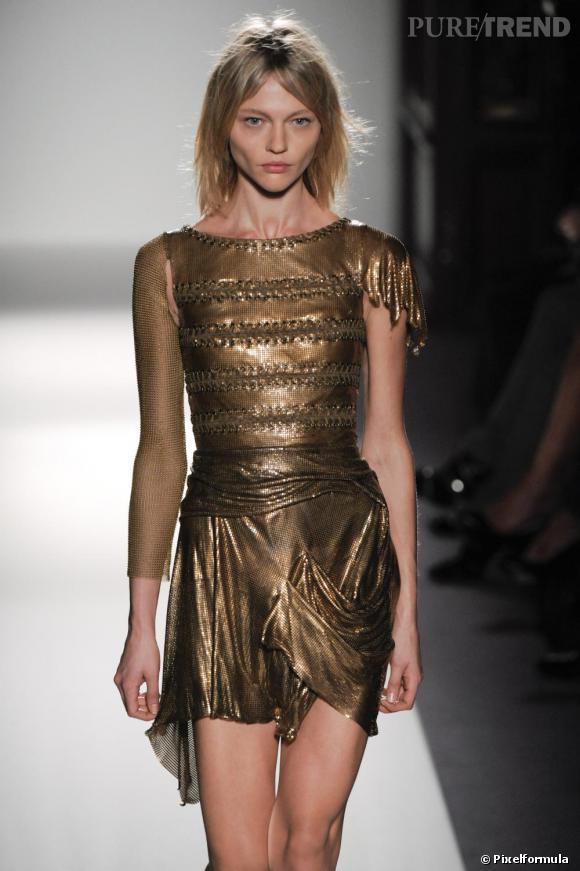 Défilé Balmain Printemps-Eté 2010/2011 Une robe bronze en côte de maille légère. Christophe Decarnin nous transforme en guerrière vestale diablement sexy.