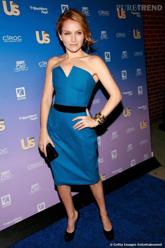 La jolie Becki Newton ne risque pas de bleu à l'âme en robe Yves Saint Laurent
