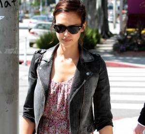 Jessica Alba, son look d'été féminin et décontracté à shopper !