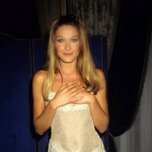 Au défilé Versace en 1995, Carla joue les princesses dans une robe bustier étincelante.