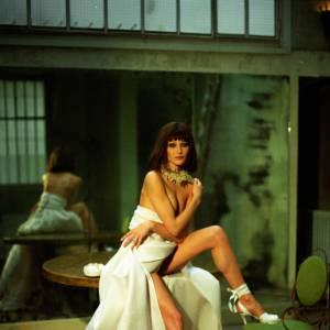 Shootée en 1995 par Andrea Blanch, la jolie brune use de ses charmes sans ostentations.
