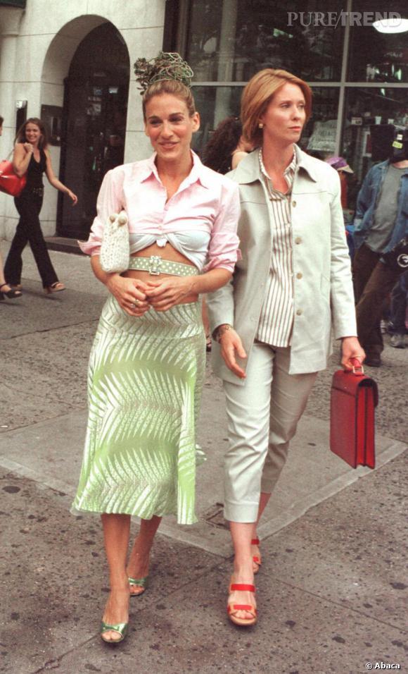 Véritable caméleon, Carrie Bradshaw fait partie des premières à avoir surfé sur la vague retro. Dans ce look 70's avec chemisier, jupe trapèze et ceinture abdominale, elle a une allure résolument vintage.