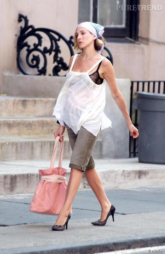 Dans ce look d'inspiration bohème-chic, Carrie Bradshaw s'impose comme une icône intemporelle. La tendance lingerie est omniprésente cette année ? Carrie la suivait déjà en 2002 !