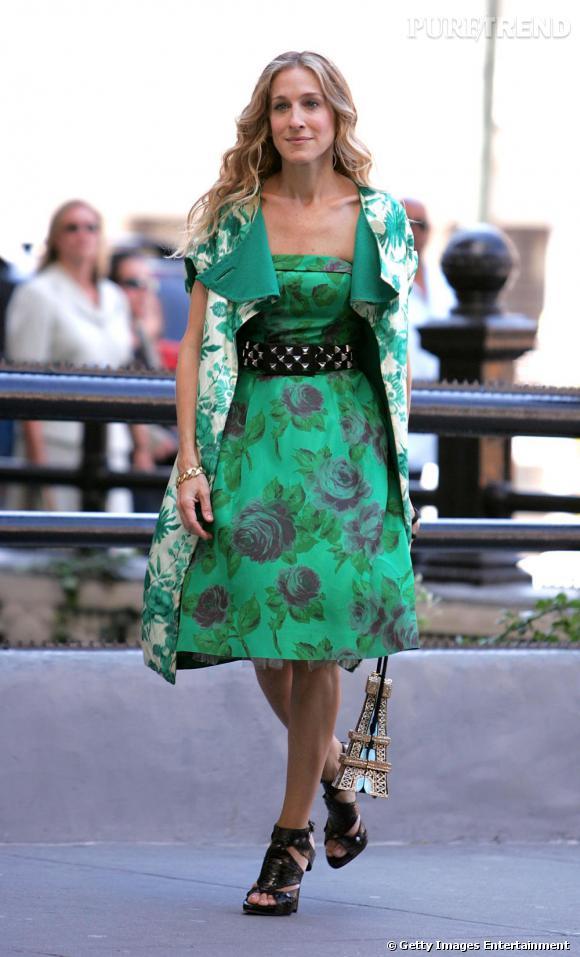 Dans le premier film Sex and The City, Carrie Bradshaw a fait sensation dans cette tenue sur laquelle nous avons toutes fantasmé. Total look preppy vert, accessoirisé de pièces diablement rock et d'un sac tour eiffel, la fashionista n'a jamais été aussi pointue.