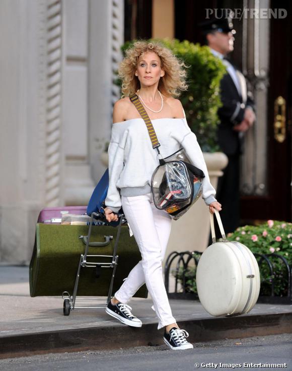 Sur cette deuxième image, Carrie Bradshaw a un look radicalement opposé en converse, sweatshirt et crinière frisée. On connait la passion de Carrie Brashaw pour le vintage, nous preparerait-elle un remake des années 80 pour le second opus du film Sex and the City ? A suivre ....
