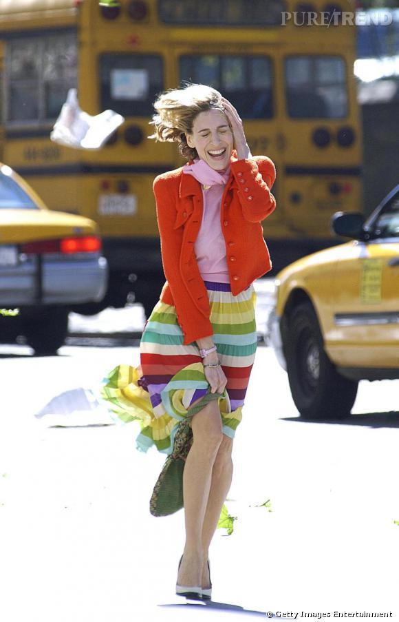 Nouvelle saison, nouveau look. Carrie Bradshaw aime changer d'allure et affichait une nouvelle coupe de cheveux associée à un nouveau look très preppy au début de la 5ème saison.