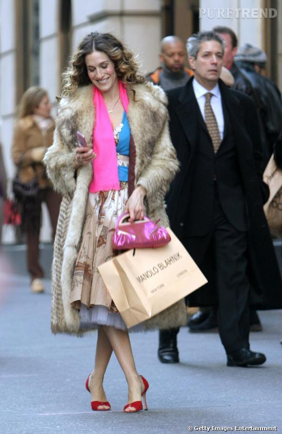 De retour à New York, Carrie Bradshaw nous a offert un look emblématique pour le dernier episode. Manteau de fourrure, mix de couleurs improbable et
