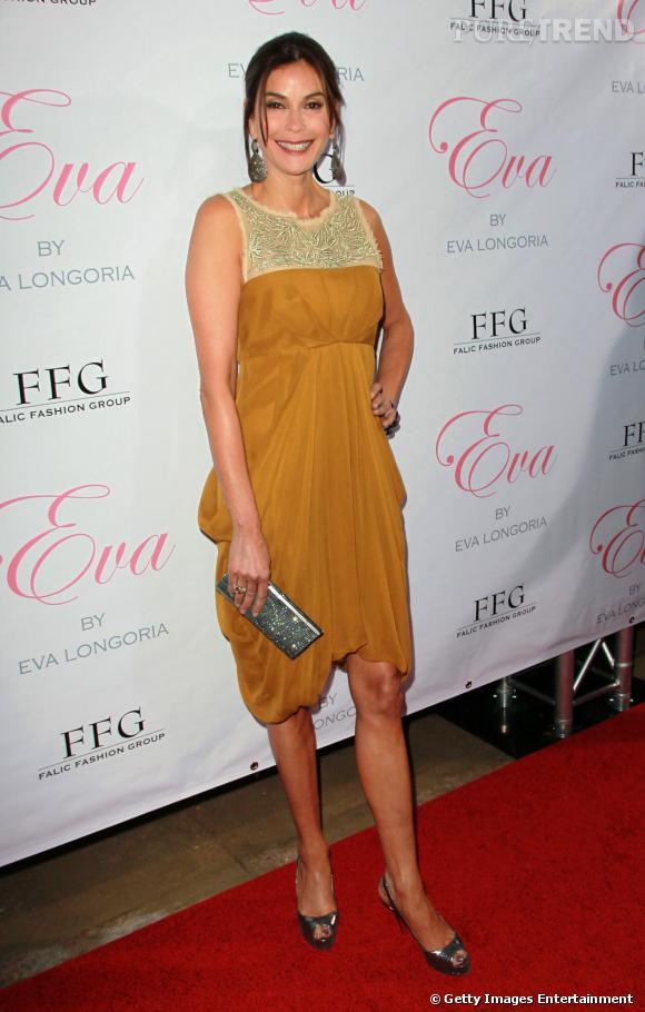 Teri Hatcher en robe jaune safran