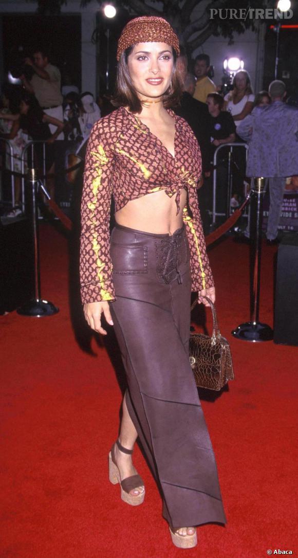 Ensemble hippie et bonnet lamé, en 1999 Salma Hayek n'avait rien de la  fashionista qu'elle est aujourd'hui.