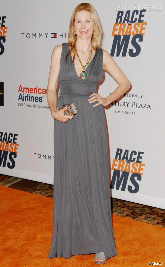 Kelly Rutherford joue les vestales en longue robe grise. Le bémol ? La coiffure peu soignée.