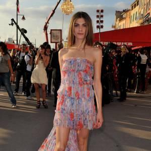 Elisa Sednaoui  La jeune actrice très prometteuse s'affiche régulièrement comme une Chanel addict. On parie donc sur une robe signée Karl pour sa montée des marches.