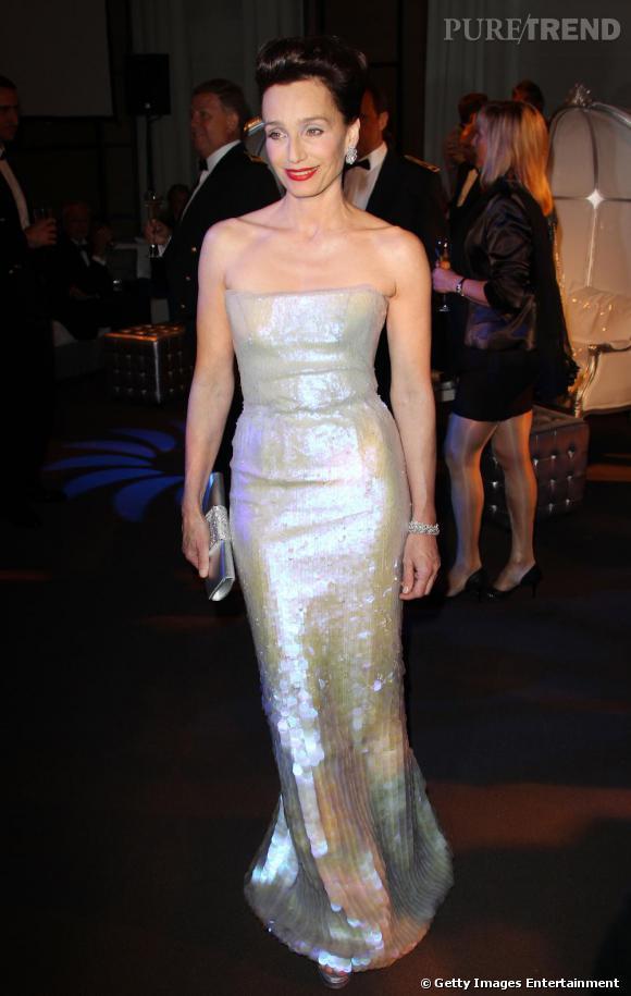 Kristin Scott Thomas en robe bustier Armani Privé. Un sans faute.