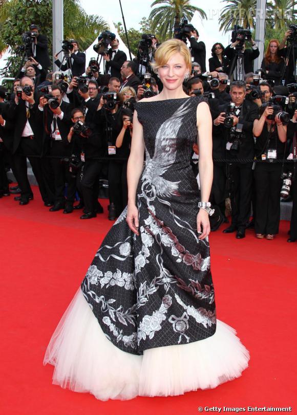 Cate Blanchett rend hommage au génie MacQueen en portant une robe Alexander Mac Queen printemps été 2010. Une robe tulle et soie complétée d'une parure Van Cleef & Arpels.