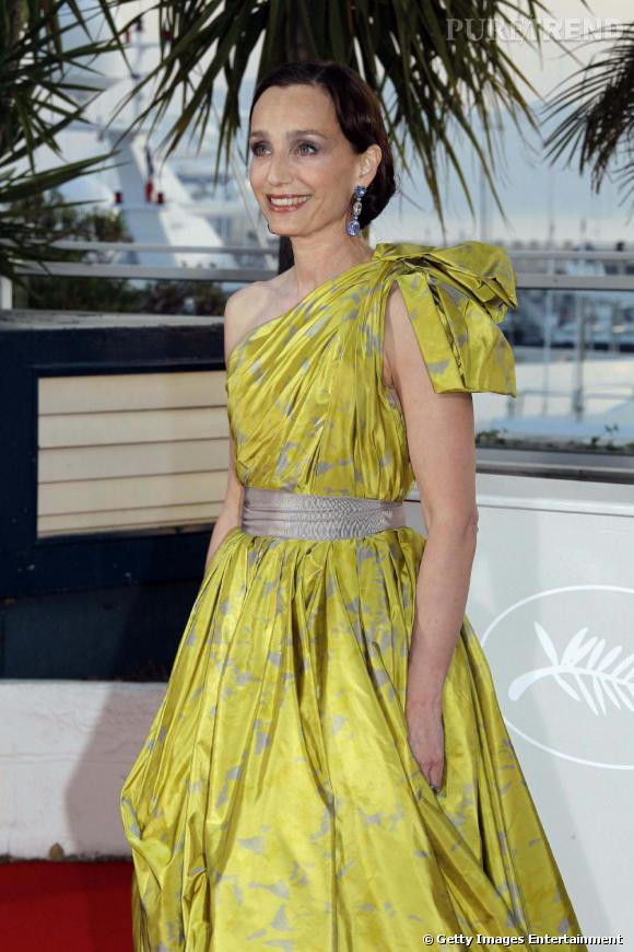La sublime Kristin Scott Thomas dans une robe drapée aux couleurs acidulées.