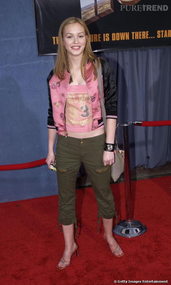 Les débuts de Leighton : pantalon kaki déjà passé de mode à l'époque, escarpins cheap et Teddy interdit conjugué au ventre apparent, on ne miserait pas un kopeck sur elle !