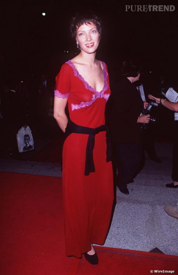 Changement radical pour Uma qui opte pour la coupe au bol brune et la robe écarlate... La belle se cherche encore en 1997.