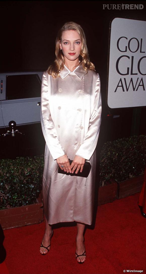 S'il y a du progrès niveau coiffure, la robe manteau de satin blanc fermé jusqu'au cou est un vrai fashion faux pas.