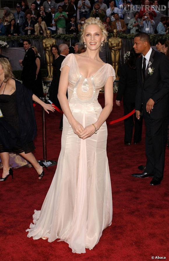 Sculpturale dans une robe de déesse drapée, Uma Thurma fait le bon choix pour un look époustouflant en 2006 !