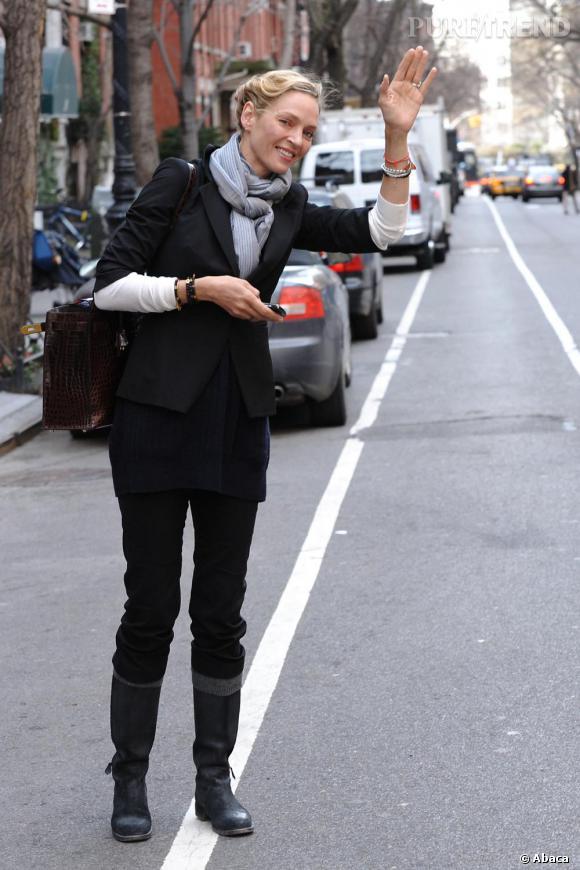 Pour son look de rue, bottes, pantalon droit et blazer, Uma Thuman a tout bon.