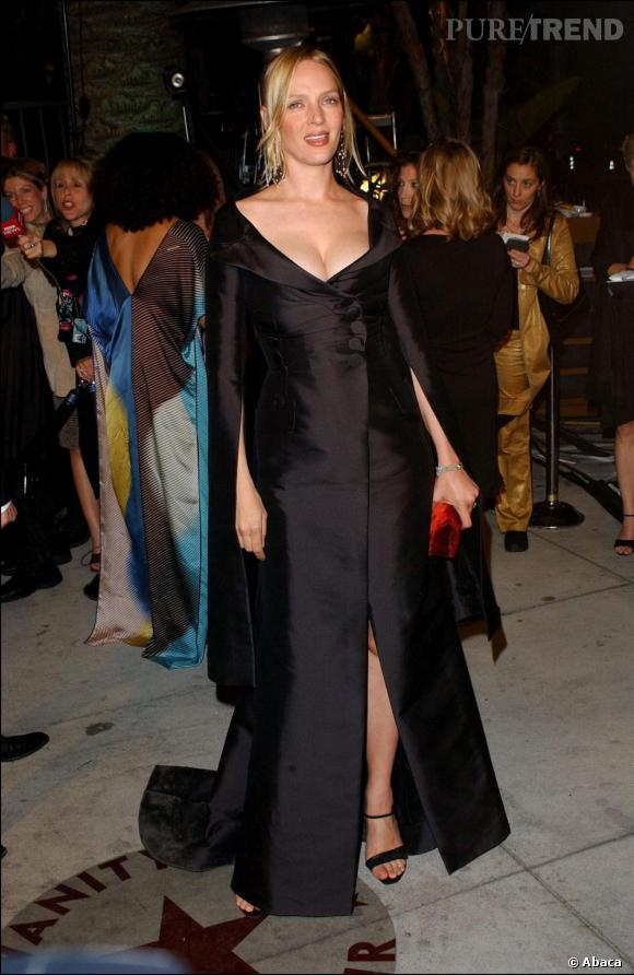 La belle Uma enceinte affiche un look de diva qui s'assume en 2002