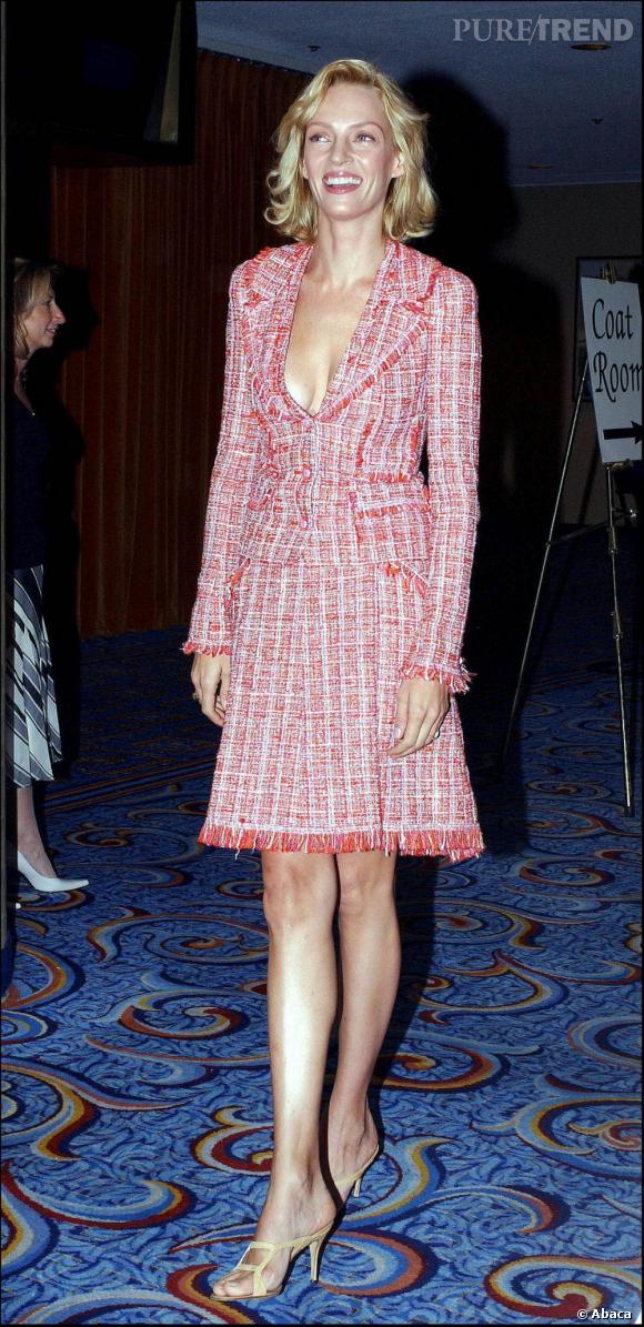 Bon point pour le décolleté par contre la robe tailleur rose ne la met pas vraiment en valeur...