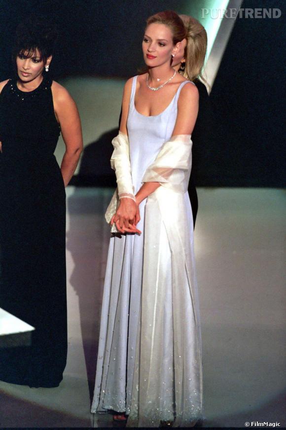 En 1995, Uma Thurman se dévoile, et arbore ses indipensables, l'étole et le satin.