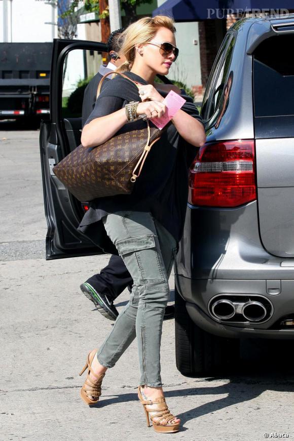L'actrice de Gossip Girl, Hilary Duff met ses courbes en valeur avec une haute paire de spartiates beiges.