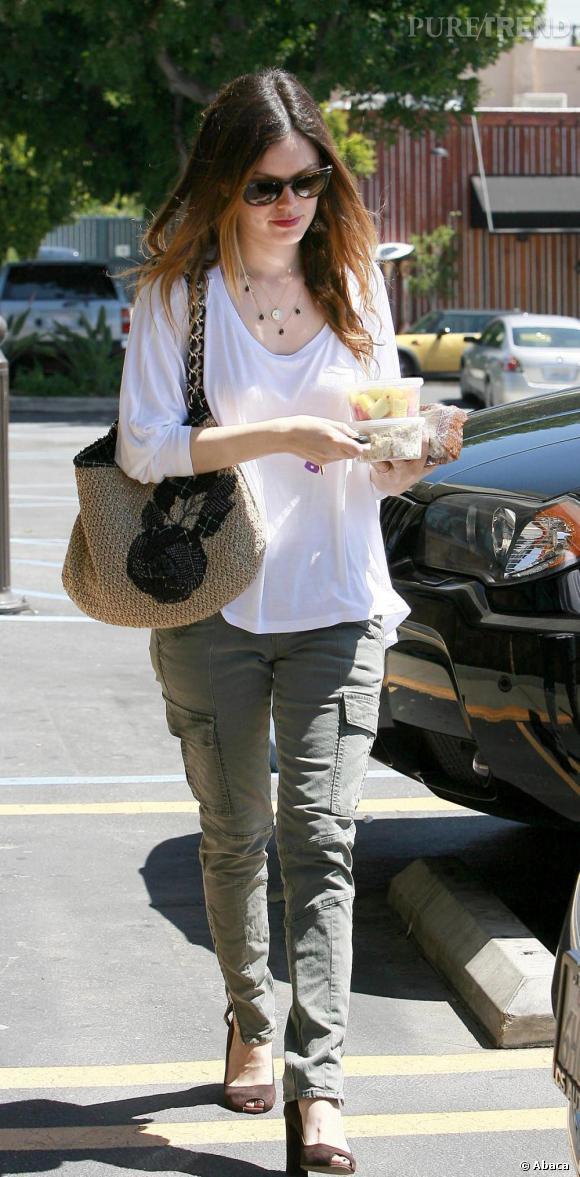 Un parfaite fashionista Rachel Bilson suit la mode de près en adoptant un Cargo pants traditionnel qu'elle porte avec une paire d'escarpins marron