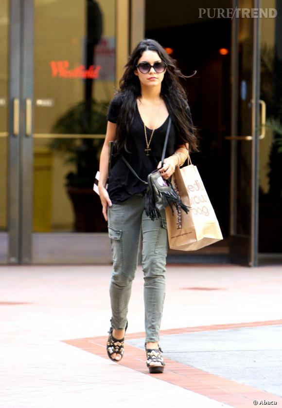 Vanessa Hudgens ne se sépare pas de son cargo pants pour une séance shopping, qu'elle porte avec une paire de compensées à gros motifs.