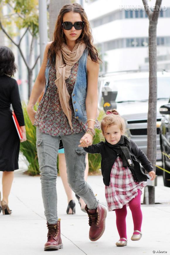 Jessica Alba retourne sa veste et opte pour un look plus rock avec une paire de Doc Martens rouges.