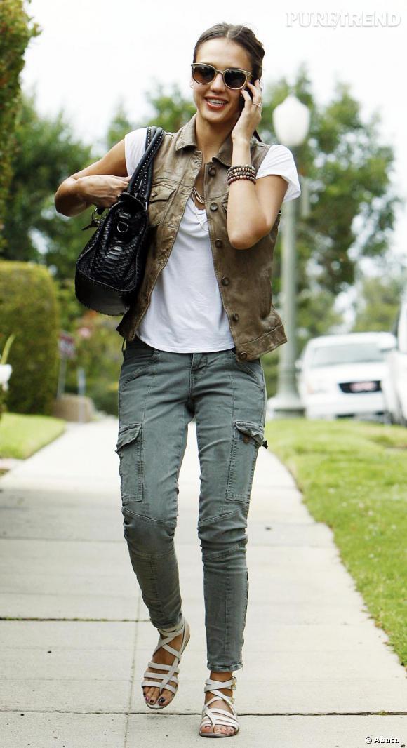 Jessica Alba a fait du cargo pants son indispensable, qu'elle porte ici avec une paire de spartiates blanches pour un look casual