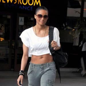 La chanteuse Ciara choisit le look rebelle avec un top blanc découvrant le ventre et des bottes montantes