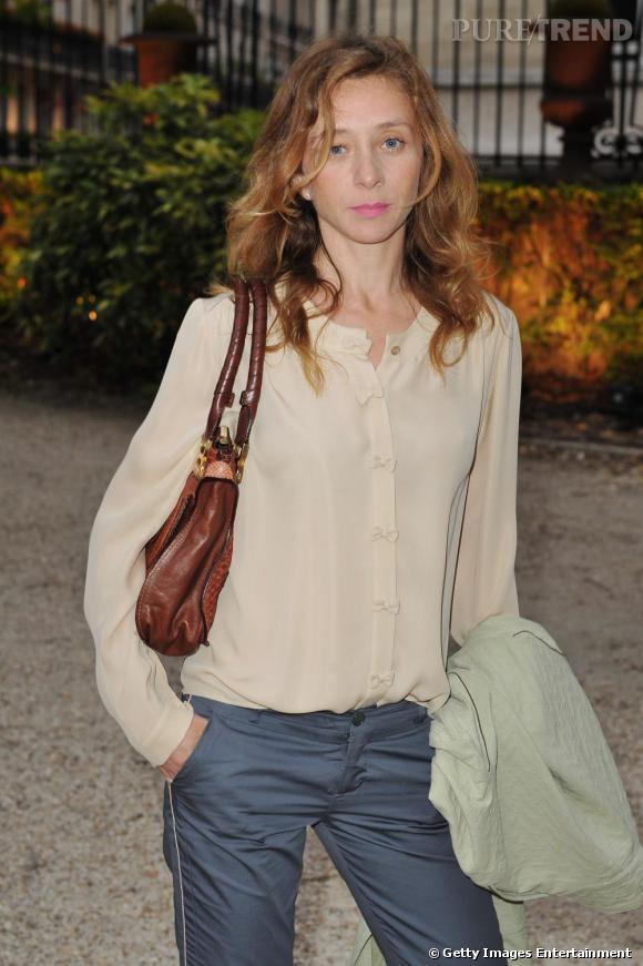 Sylvie Testud, décontractée et chic en blouse romantique