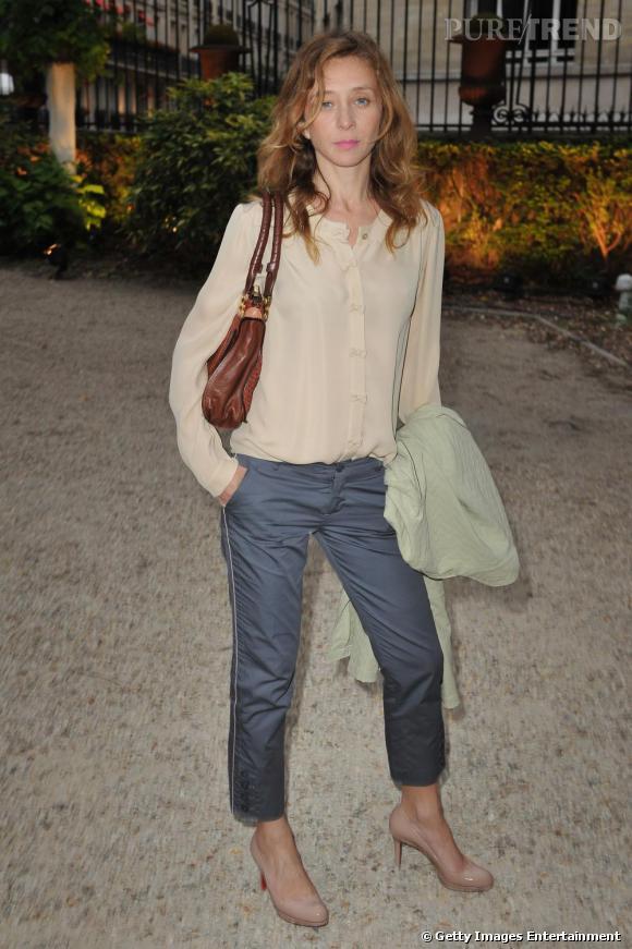 Sylvie Testud rend hommage à la marque Chloé, le it bag Marcie à l'épaule