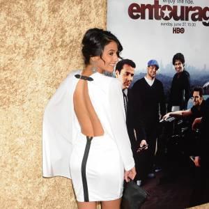 Emmanuelle Chriqui en robe-cape zippée