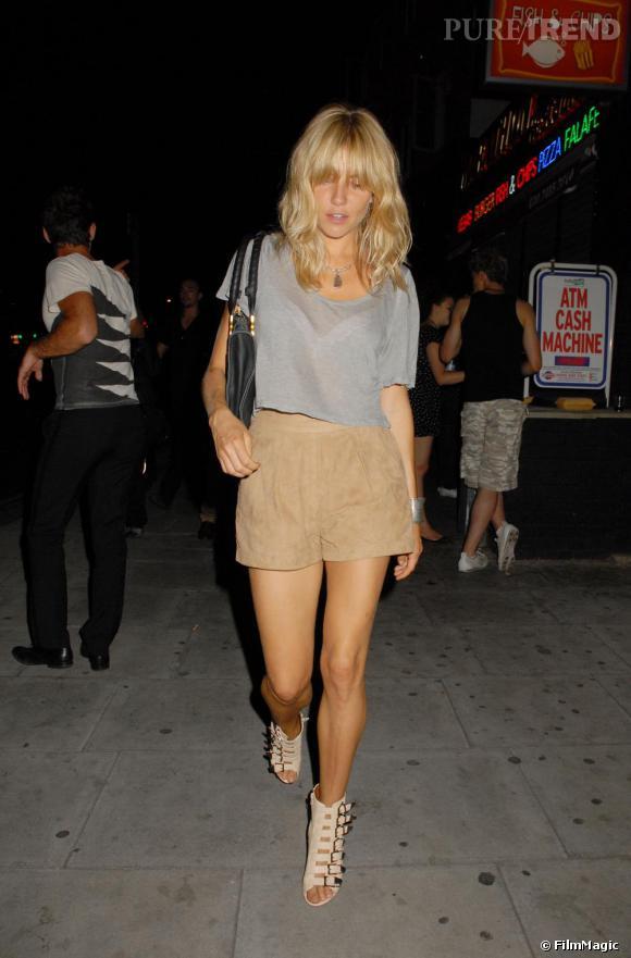 Sienna Miller ose le cropped tshirt tout en finesse, sans même dévoiler un milimètre de son ventre.