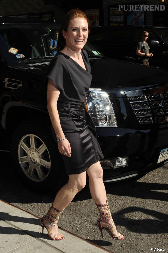 Julianne Moore s'offre une jolie silhouette en robe asymétrique.