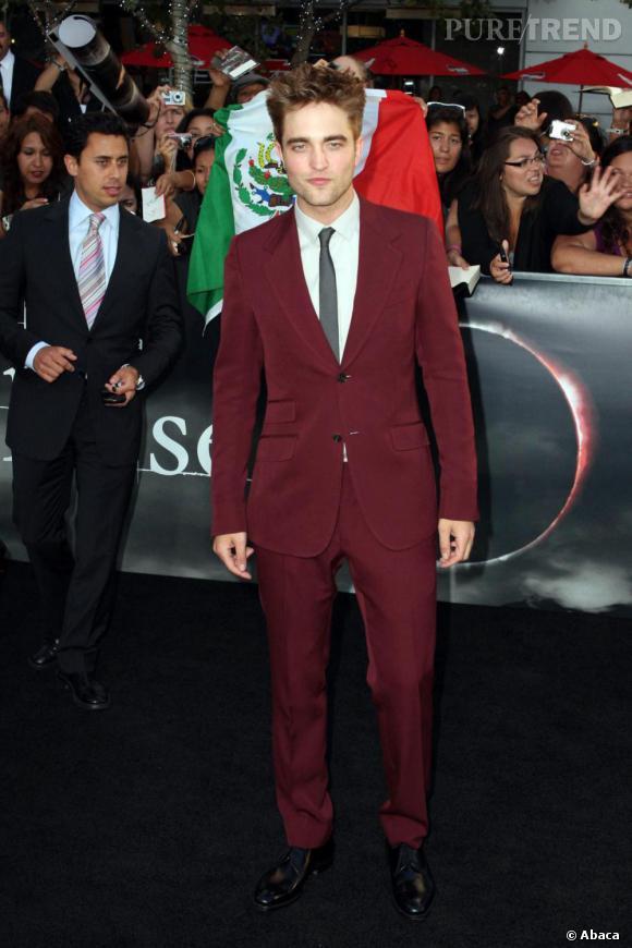 Robert Pattinson en costume bordeau Gucci pour la première de Hésitation à Los Angeles.
