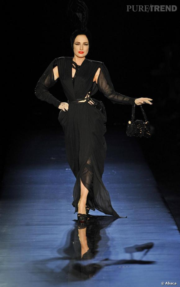Dita Von Teese défile sur le podium Couture Automne-Hiver 2010-2011 de Jean Paul Gaultier