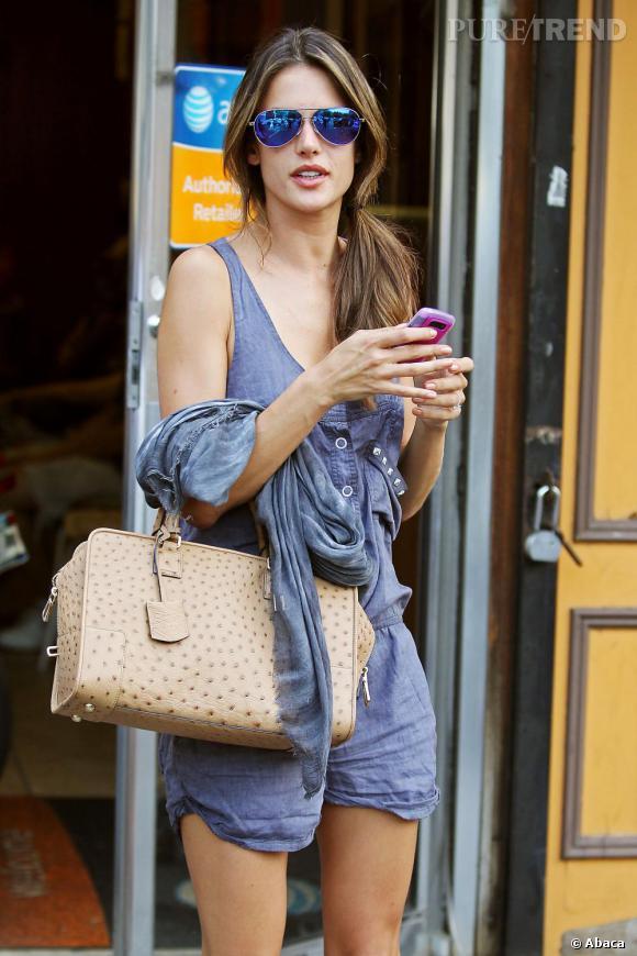 Alessandra Ambrosio succombe au combishort dans les rues de New York.