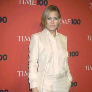 Kate Hudson profite de sa silhouette filiforme pour le total look white masculin.