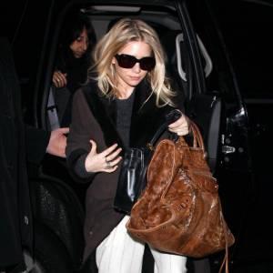 Ashley Olsen est une addict des coupes fluides et larges et c'est sans surprise qu'elle choisit sont pantalon large, à fines rayures pour un effet fashion.