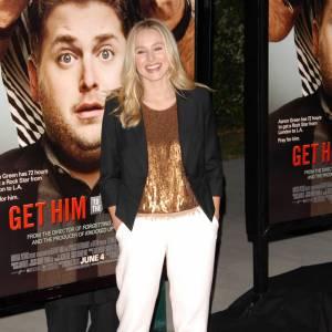 C'est sur un carrot pant que le choix de Kristen se porte. Avec un blazer noir et un top dorée, elle s'offre un look chic et décontracté à la fois.