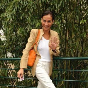 Même la française Ines Sastre succombre à la tentation du pantalon blanc qu'elle associe à une longue veste curry.