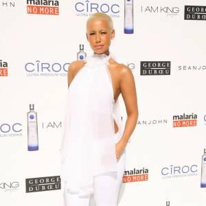 Amber Rose ne fait rien dans la discrétion avec un total look white et top ultra fluide. Un rien trop flashy.