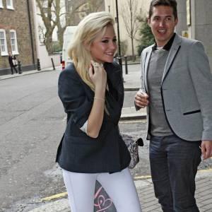 Peaches ose carrément le legging white en tant que pantalon et le dédramatise avec une veste de blazer.